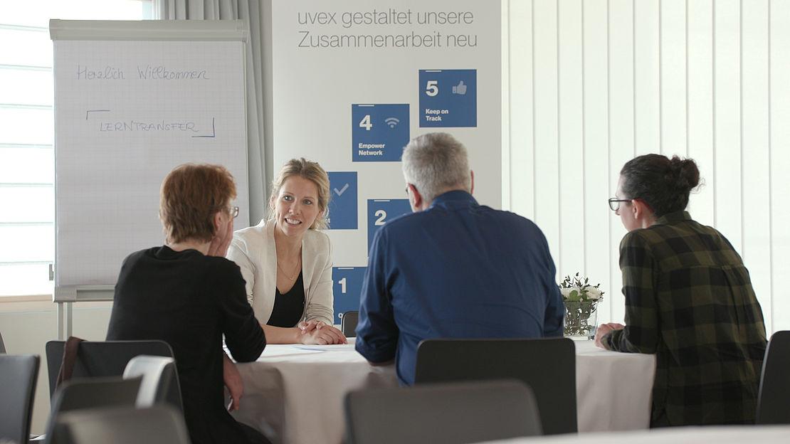 unterhaltung-zwischen-teilnehmern-des-collaboration-days-der-uvex-group
