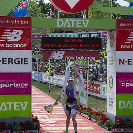 uvex-challenge-roth-triathlon-lucy-barkley-triathletin-gewinnerin-der-frauen-im-ziel