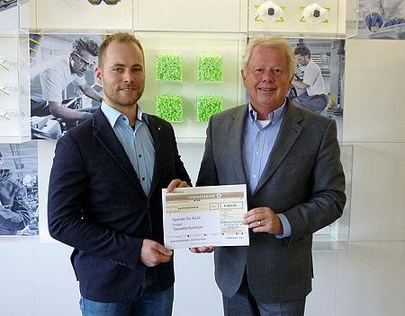 Herr Franz Keller, Geschäftsführer uvex safety gloves, Lüneburg übergab im Namen der Rainer Winter Stiftung eine Spende über 6.000 Euro an Herrn Michael Höflich vom Niedersächsischen Ju-Jutsu-Verband.