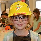 glückliches-kind-mit-selbst-verzierten-uvex-arbeitsschutzhelm