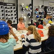 kinder-beim-verzieren-ihrer-uvex-arbeitsschutzhelme