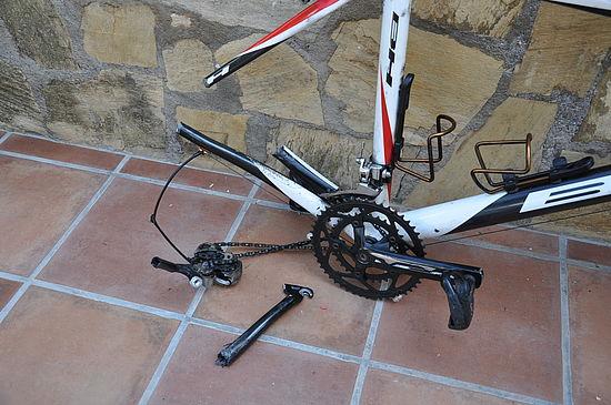 Fahrrad-nach-Sturz-zerstört-alpina-helm-rettet