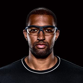 mężczyzna w okularach ochronnych