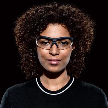 kobieta w okularach ochronnych