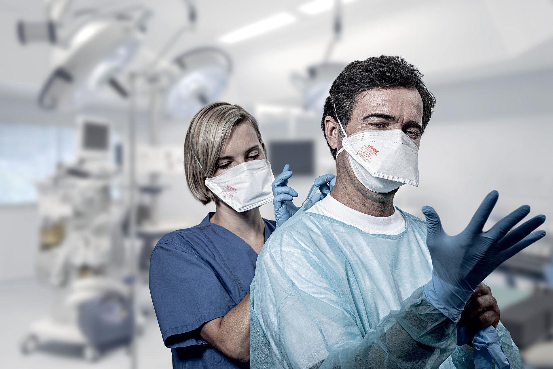 pracownicy medyczni w półmaskach uvex
