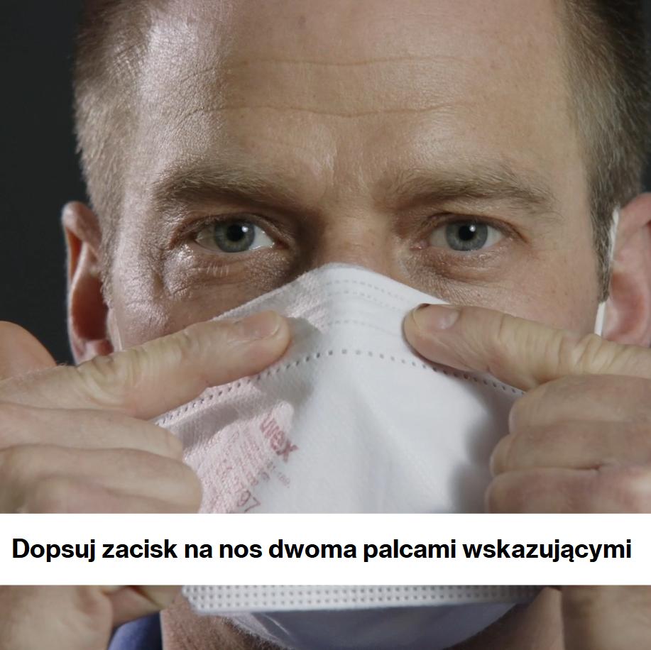 mężczyzna dopasowujący zacisk nosowy w półmasce ochronnej