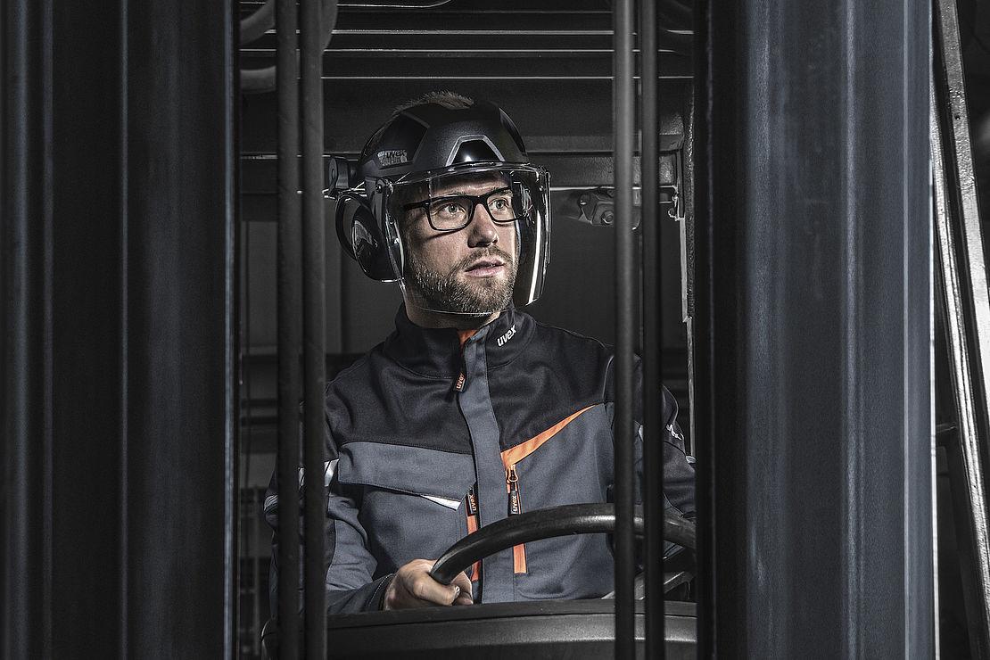 operator wózka widłowego w osłonie twarzy