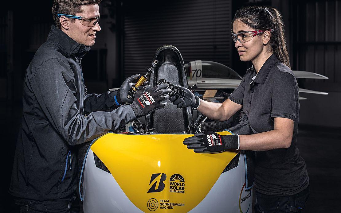 kobieta i mężczyzna noszący rękawice i okulary ochronne w czasie pracy