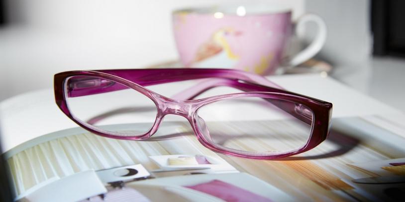 Reading glasses Verona on magazine