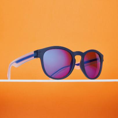 blau verspiegelte sonnenbrille auf orangem hintergrund