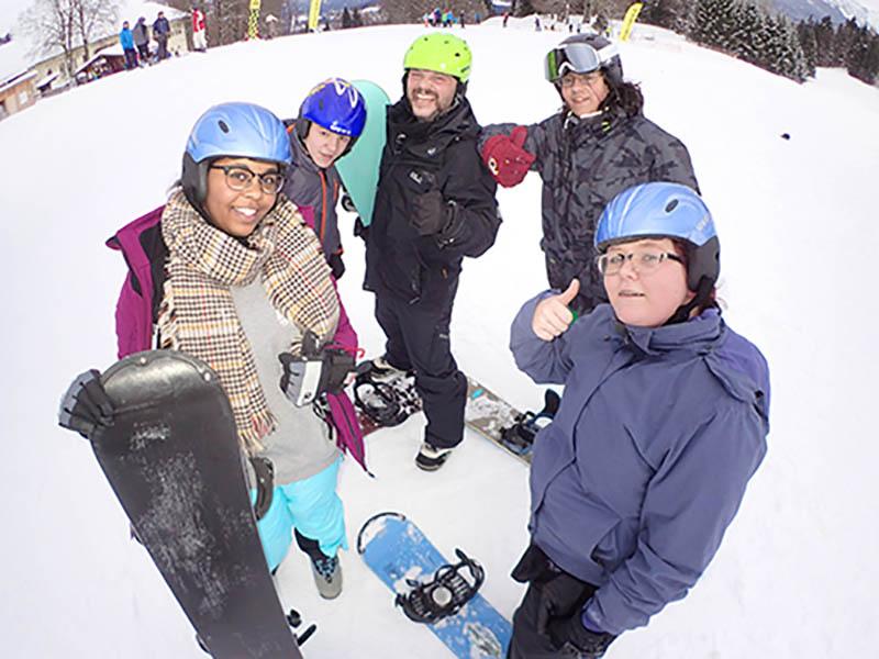 Mit Ski- und Radhelmen unterstützt die uvex group die sportlichen Therapiemaßnahmen.