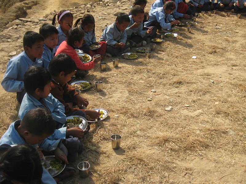 Seit 2007 unterstützt die Rainer Winter Stiftung über die Nepalhilfe im kleinen Rahmen Waisenkinder in Katmandu und Schul-Projekte in den Bergdörfern Nepals.