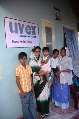 Für Witwen mit ihren Kindern wurden in Sri Lanke Häuser gebaut. Hier die Familie vor dem Eigenheim.