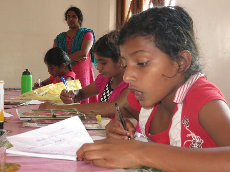 Mädchen in Sri Lanka lernen in der Schule.