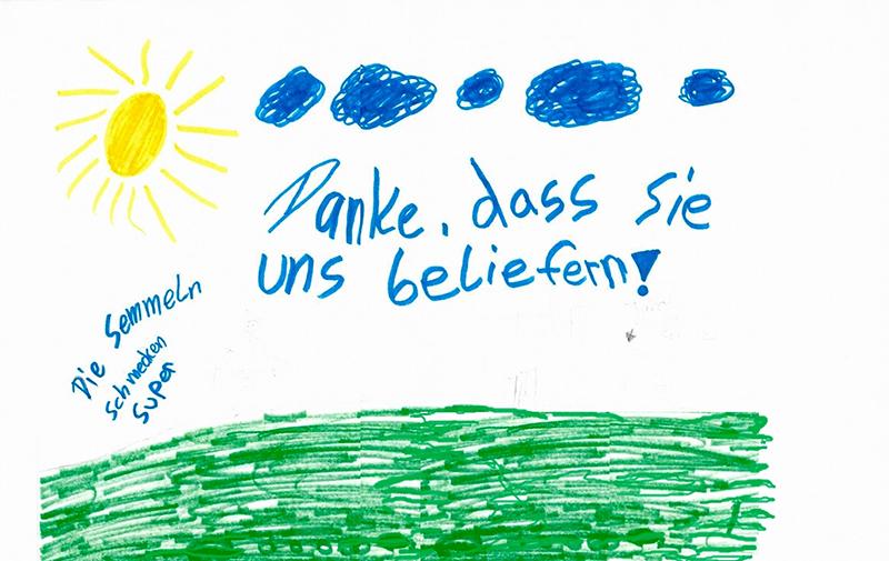 Mit einem gemalten Bild bedanken sich Kinder bei der Rainer Winter Stiftung.