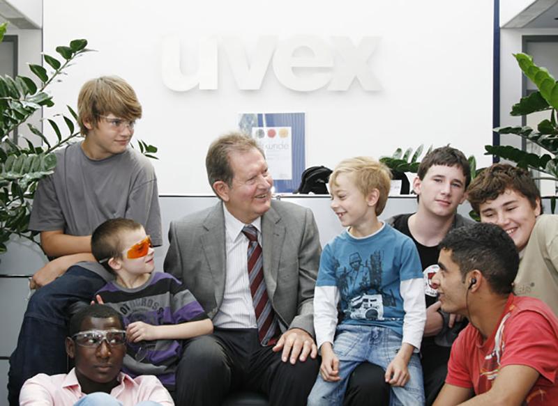 Rainer Winter hat Spaß zusammen mit den Kindern aus dem Kinderheim St. Michael.