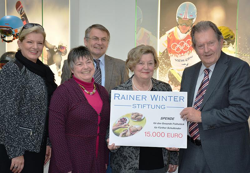 Rainer Winter übergibt einen Scheck an das Freiwilligen Zentrum Fürth für das Projekt Gesundes Schulfrühstück.