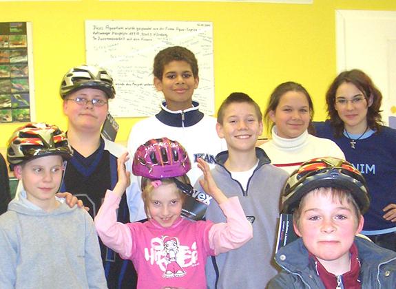 Auch für die Freizeitaktivitäten der Kinder spendet die Rainer Winter Stiftung Radhelme für einen gemeinsamen Ausflug.