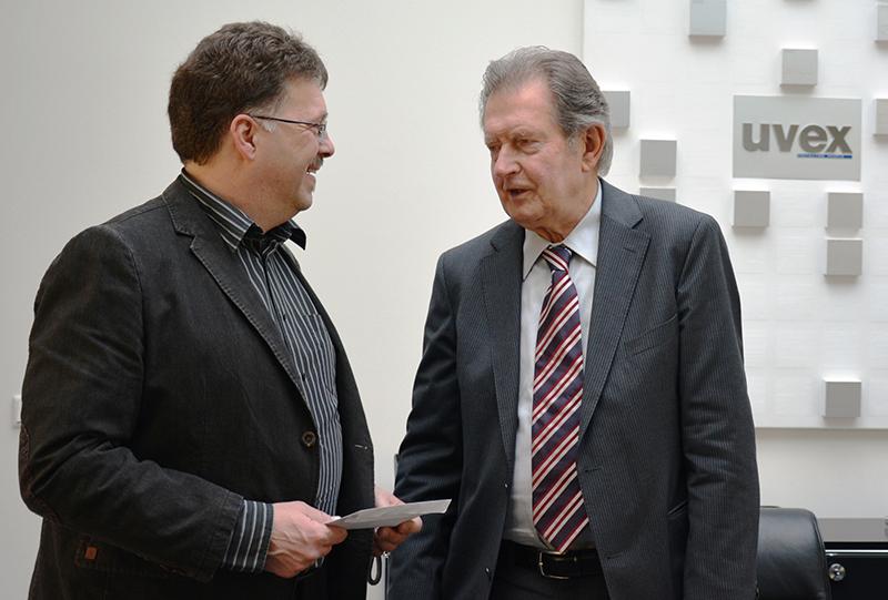 Rainer Winter trifft Martin Hegendörfer bei der Spendenübergabe.