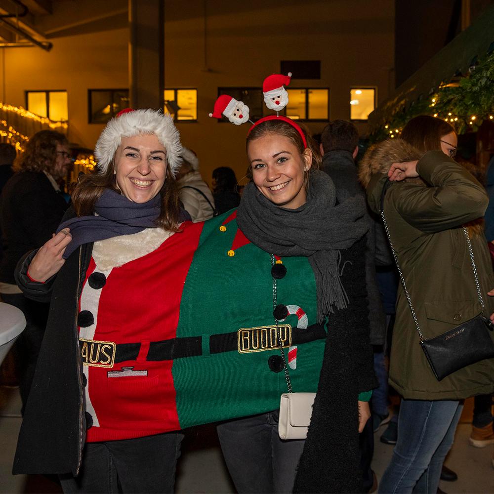 uvex group ugly sweater contest Mitarbeiterinnnen bei der Weihnachtsfeier