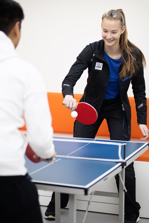 Azubi-spielt-tischtennis-uvexgroup