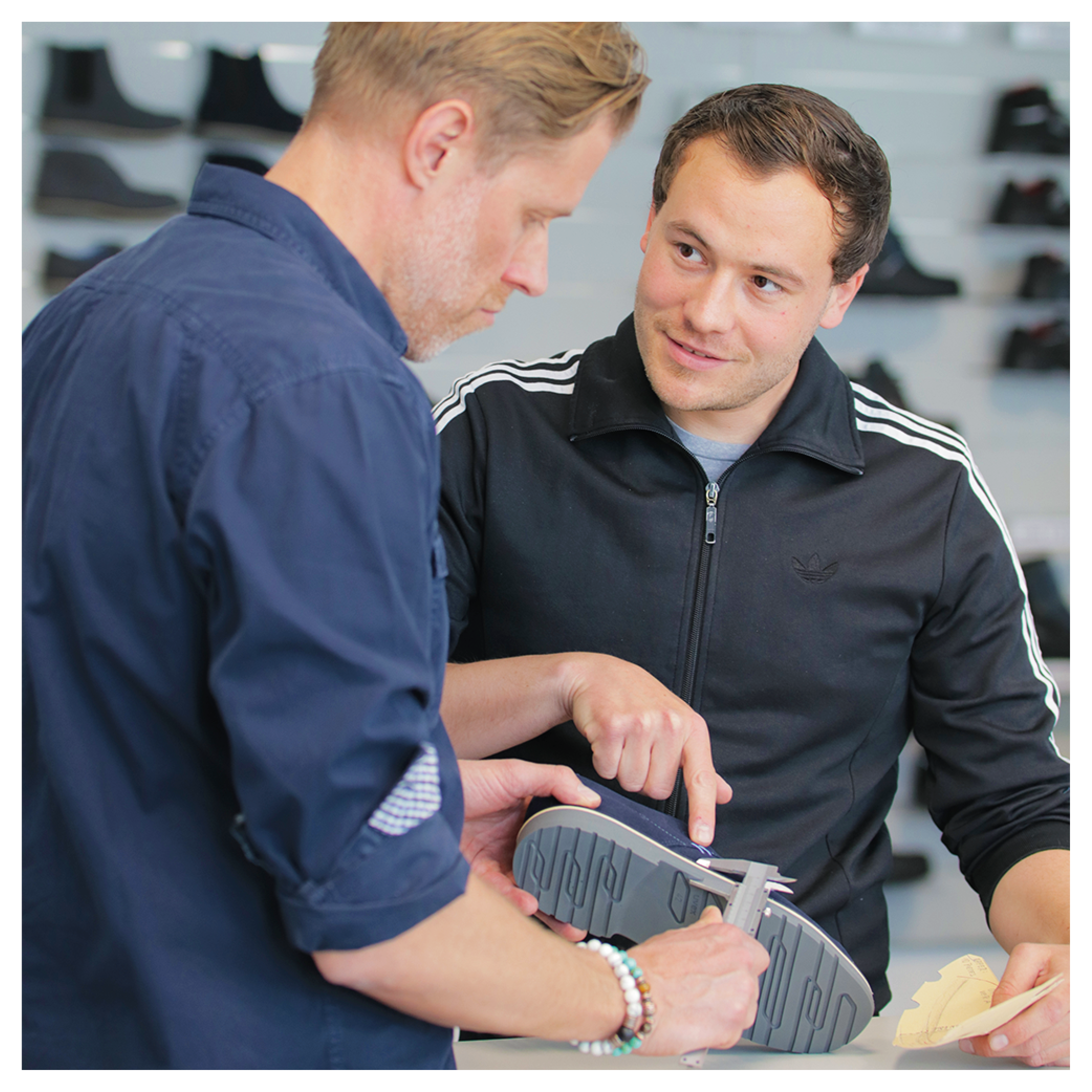 Schuhtechniker bei der uvex group mit Prototyp