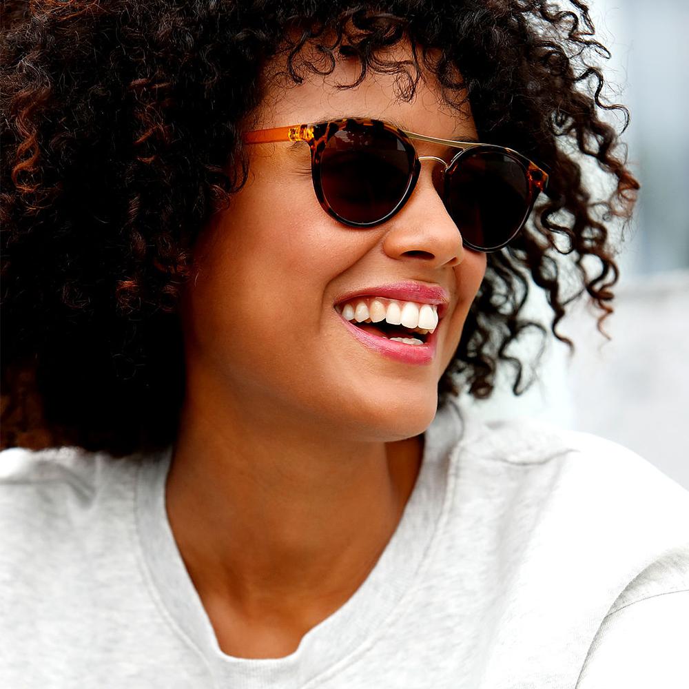 Filtral Frau mit Sonnenbrille uvex group