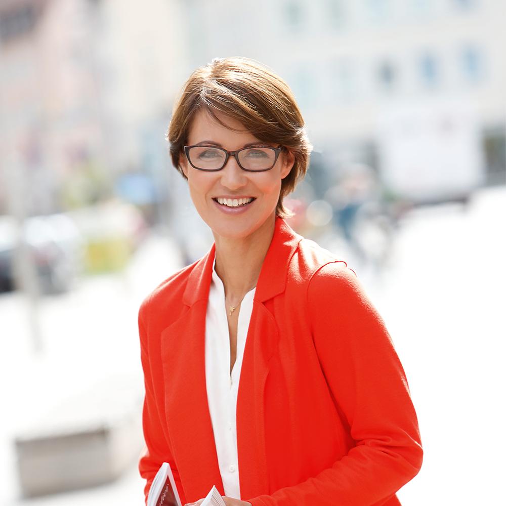 Filtral Frau mit rotem Blazer und Lesebrille