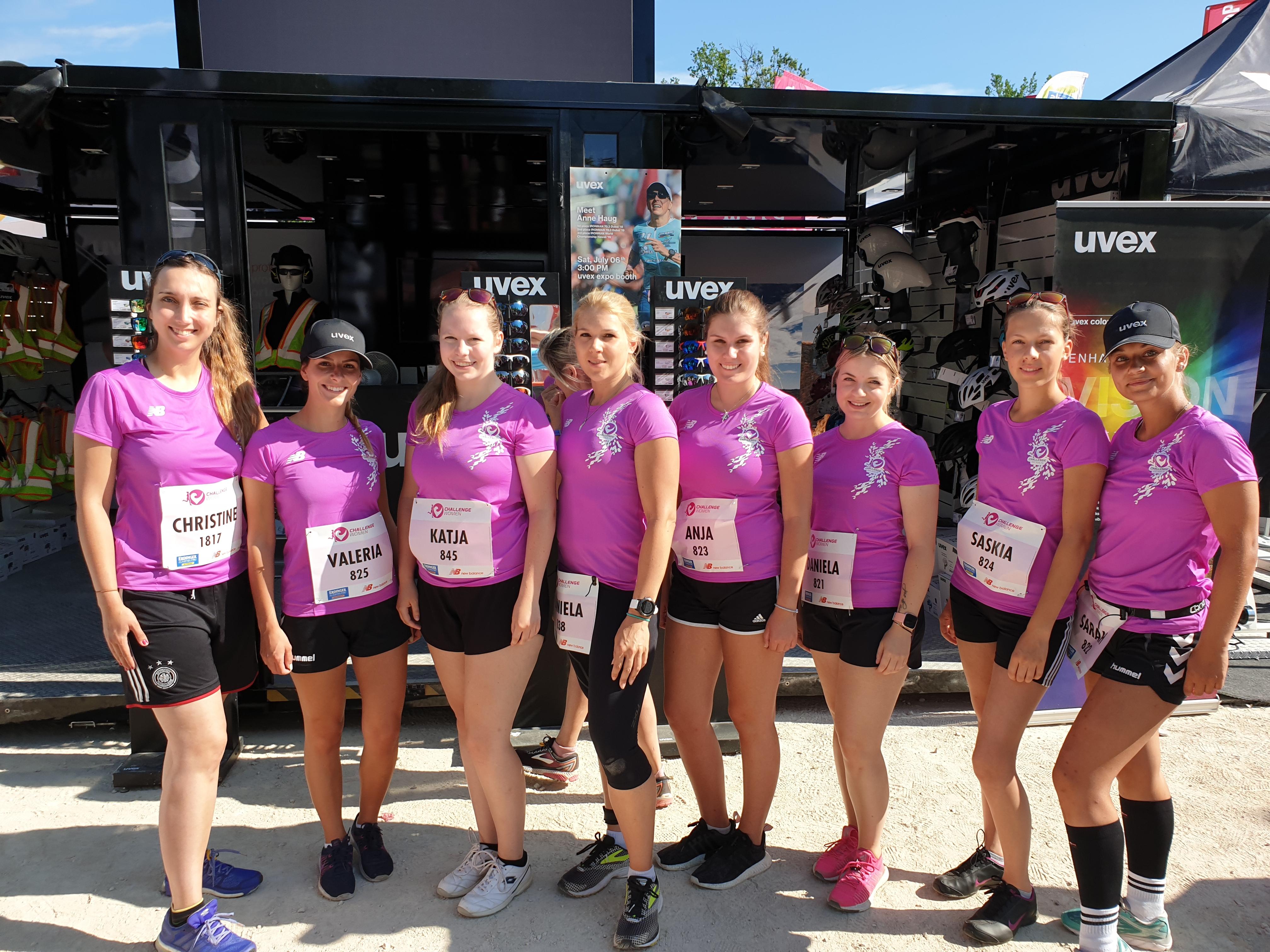 allle-challenge-womens-run-teilnehmerinnender-uvex-group-in-pinken-thshirts-bei-womens-run-vor-uvex-cube