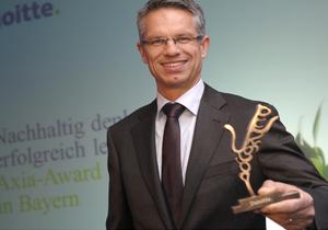 Georg Höfler nimmt den Axia Award entgegen