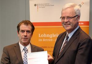 [Translate to Deutsch:] Johann Engelmann erhält Logib-D Auszeichnung