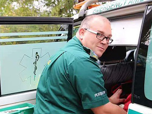 Après une blessure par piqûre d'aiguille, Scot un ambulancier apprécie plus que jamais les gants de protection
