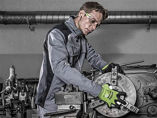worker wearing uvex phynomic D500 foam gloves