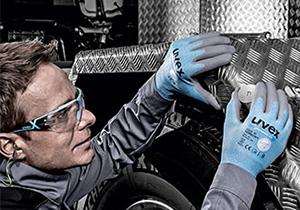 Male worker wearing uvex gloves